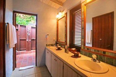 La salle de bain de la suite Rainbow avec piscine