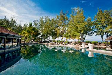 L'hôtel dispose d'une grande piscine à deux pas de la plage