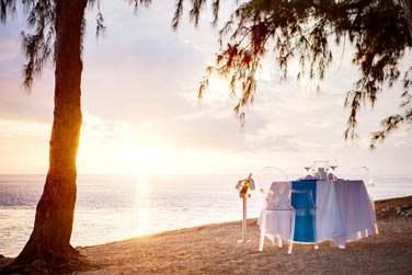 Optez pour un dîner romantique sur la plage face au coucher du soleil