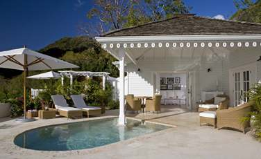 Espace extérieur avec piscine privée de la Grand Luxury Villa