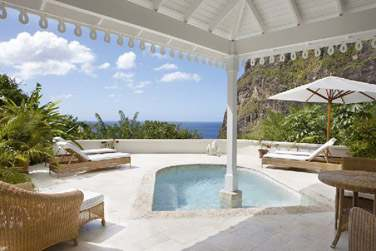 Espace extérieur avec piscine privée de la Luxury Villa