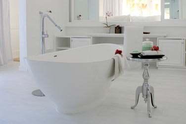 La salle de bain du Luxury Beachfront Bungalow et sa baignoire en son centre