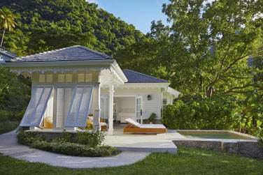 La terrasse et la piscine privée du Luxury Cottage