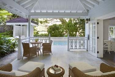 La salle de séjour et la terrasse donnant sur la piscine privée de la Luxury Villa