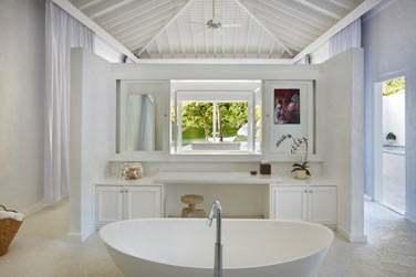 La salle de bain du Luxury Beachfront Bungalow
