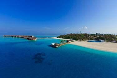 Retirée mais pas isolée, l'île est accessible en 20 min par bateau rapide depuis l'aéroport de Malé