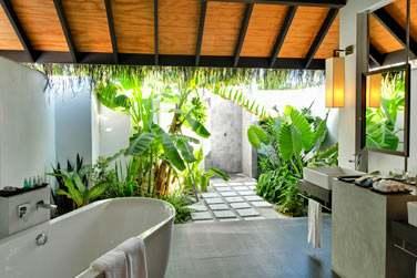 La salle de bain de la Beach Villa ouverte sur l'extérieur