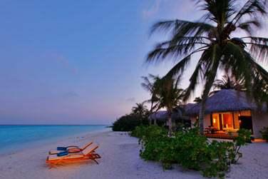 Transats sur le sable devant votre Beach Villa