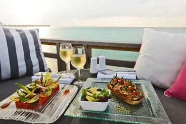 C'est au Chill Bar que vous pourrez déguster de succulents en-cas face à la mer