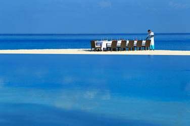 Vous célébrez une occasion particulière ? L'hôtel vous organise un dîner isolé sur un banc de sable. Un cadre de rêve !