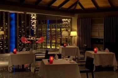 Le restaurant Etesian possède une grande cave à vins... A découvrir
