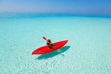Amateur de sport nautiques ? Embarquez à bord d'un canoë et naviguez sur le lagon