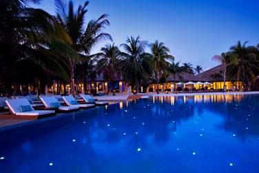 A la tombée de la nuit, la piscine se transforme... Des petites étoiles prennent vie au fond de la piscine...