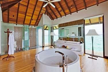 Salle de bain de la Water Suite, spacieuse et véritablement luxueuse