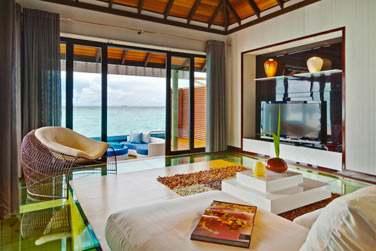Coin salon de la Water Suite donnant sur la terrasse aménagée... Sur pilotis