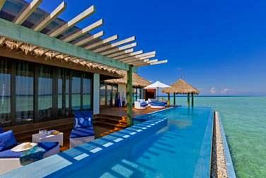 La terrasse aménagée et piscine privée de la Water Suite