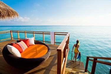 Accès direct au lagon de puis la terrasse de votre Water Villa