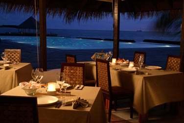 Dîner dans un ravissant décor au restaurant 'Air', avec un soin particulier à la mise en scène des mets