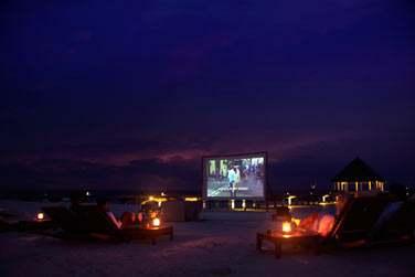 Après le dîner, profitez d'une séance de cinéma en plein air... Sous un ciel étoilé