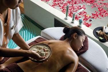 Le Spa propose une grande variété de soins dont le massage au sable des Maldives