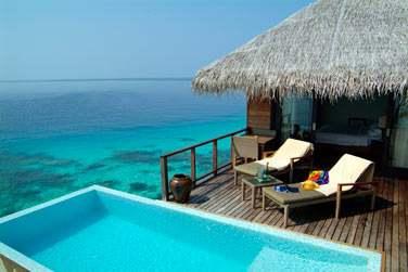 Terrasse aménagée et piscine privée de l'Escape Water Villa