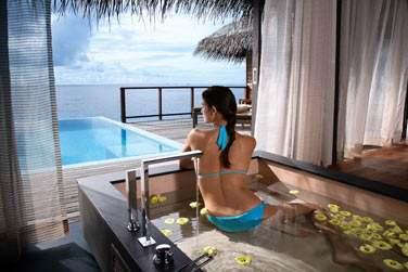 L'immense baignoire de l'Escape Water Villa, faisant face à la mer