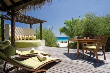 La terrasse aménagée de votre Island Villa, parfait cocon d'intimité à quelques pas de la plage