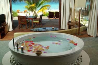 La baignoire de l'Island Villa, donnant sur votre terrasse privée à quelques pas de la mer