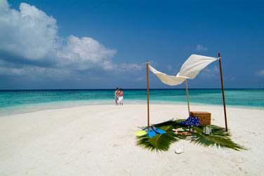 Seuls au monde, sur un banc de sable face à la mer...