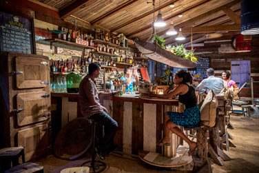 Le Rum Shed décline le concept local des bars à rhum. Il est construit dans un style traditionnel mauricien