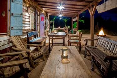 Découvrez le tout nouveau bar à rhum de l'hôtel Shanti Maurice : le Rum Shed