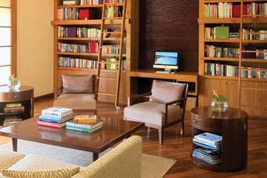 Vous pourrez bouquiner dans le calme complet de sa petite librairie .