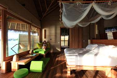 Intérieur d'une villa sur pilotis. Magnifique vue sur l'océan depuis votre lit !