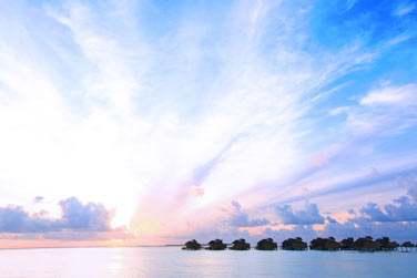 Coucher de soleil sur les villas sur pilotis