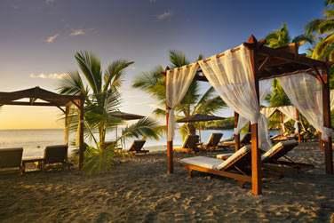 La plage est aménagée de pergolas pour votre plus grand confort