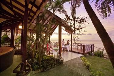 Le restaurant principal Le Kai Manjé et son deck surplombant la mer