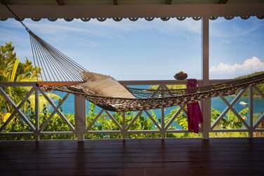 Depuis le cottage, profitez du hammac pour vous relaxer face à la mer