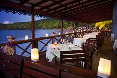 Restaurant de plage le Ti Manjé, situé sur un ponton avec accès direct à la plage pour les déjeuners