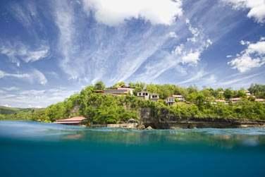 Sur cette île à la végétation luxuriante et au relief montagneux, découvrez une île envoûtante...
