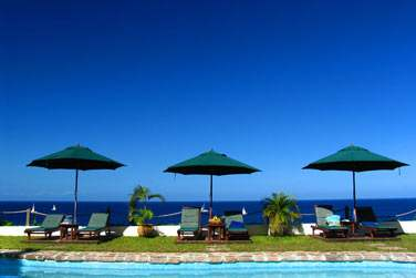 Depuis la piscine, vous pourrez admirer la fabuleuse vue sur la mer...