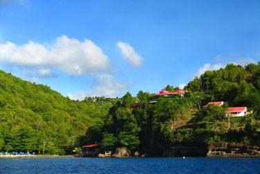 Voici les bungalow de l'hôtel à flanc de colline... Ils offrent une vue incroyable sur la mer