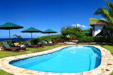 La piscine de l'hôtel, un petit coin de détente surplombant la mer !