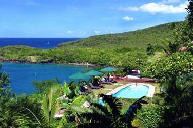 L'hôtel Ti Kaye possède une piscine située à flanc de colline
