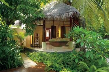 La salle de bain de la Double Storey Beach Villa, au coeur de la végétation tropicale