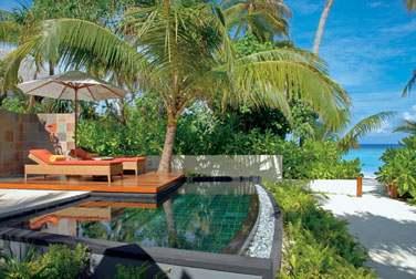 Terrasse aménagée et piscine privée de la Beach Villa à quelques pas de la mer