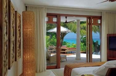 Intérieur chambre de la Beach Villa donnant sur une terrasse aménagée à quelques pas de la plage