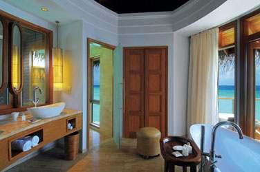 Salle de bain de la Water Villa et sa baignoire offrant une vue splendide sur la mer