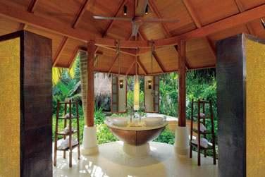 Salle de bain ouverte sur l'extérieur de la Beach Villa