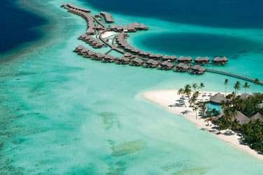De l'hydravion, vous pourrez admirer les étendues de sable blanc et apercevoir votre villa sur pilotis