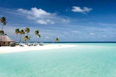 l'île est bordée par de somptueuses plages entourées d'un lagon cristallin de toute beauté